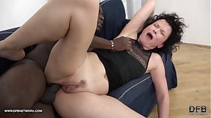 Mature SQUIRTS and goes Crazy in a little while fucked by black man with his beamy cock