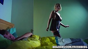 Brazzers - Hot milf Leigh Darby fucks daughters in contention friends