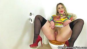 English milf Tammy fucks a dildo aloft eradicate affect toilet