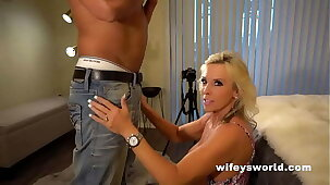 Wifey Shows In whatever way To Suck Retire from A Huge Cock Coupled with Swallow The Full Load